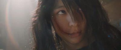 睨みつける芳根京子さん