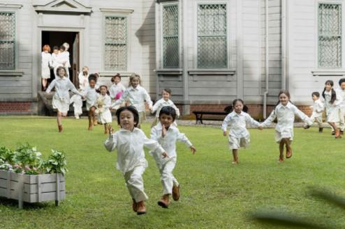 庭に飛び出る子供たち
